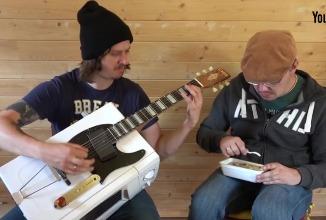 Блогеры собрали гитару из микроволновки и конкурс по игре на воображаемой гитаре
